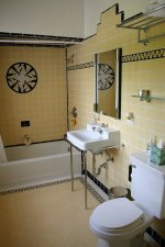 łazienka w żółtych płytkach